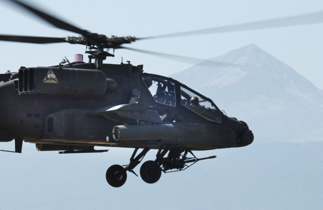 chief-warrant-officer-3-mark-grissom-a-blackhawk-pilot-with-tf-eagle-rides-shotgun-on-an-ah-64-apache-during-an-apache-extraction-exercise-aug-25-at-camp-bondsteel-kosovo.jpg