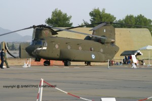 Το CH-47 D ΕΣ 904 �τοιμο περιμ�νει τους επισκ�πτες