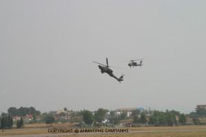 Το ζεύγος ελικοπτ�ρων που θα προσβληθεί από ζεύγος Μ-2000 και F-16, ''μπαίνει'' θεαματικά στο οπτικό πεδίο των θεατών
