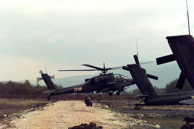24/10/1996. Ένα ΕΕ/Π AH-64 Apache helicopter, του 2nd Squadron, 6th Calvary, στη Βάση Comanche Base, κοντά στη πόλη Tuzla, της Β-Ε.