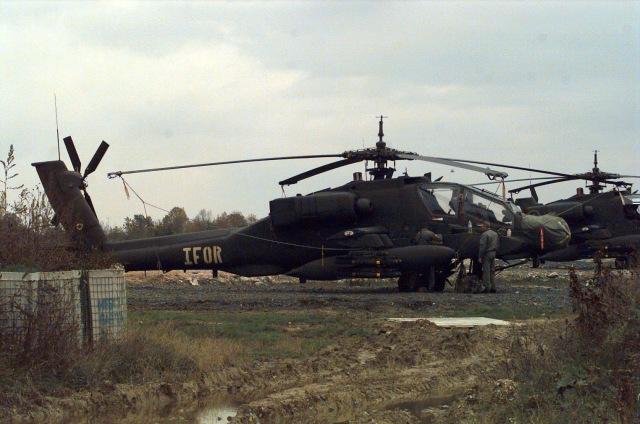 Δύο ΕΕ/Π AH-64 Apache helicopter, του 2nd Squadron, 6th Calvary, στη Βάση Comanche Base, κοντά στη πόλη Tuzla, της Β-Ε. Φαίνεται καθαρά σε ένα από αυτά η σήμανση IFOR.