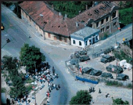 Στη  φωτογραφία Βόσνιοι-Σέρβοι διαδηλωτές έχουν συγκεντρωθεί με απειλητικές διαθέσεις μπροστά σε ένα ΣΕ στο Brcko