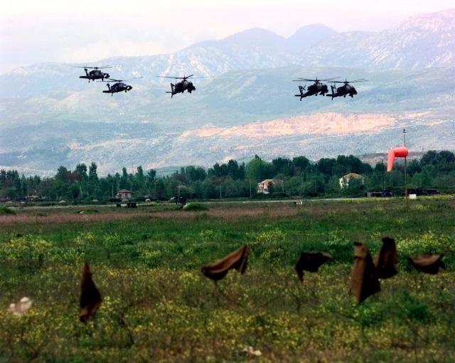 Στη φωτογραφία φαίνεται ένα κύμα αμερικάνικων Ε/Π UH-60 Blackhawk και AH-64A Apache της Task Force Hawk κατά τη πρώτη τους άφιξη, στην τελική για προσγείωση στο Α/Δ Rinas στις 25 Απριλίου 1999. DoD photo by Tech. Sgt. Cesar Rodriguez, U.S. Air Force. (Released)