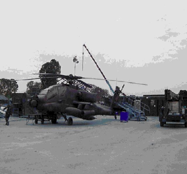 Ε/Π AH-64 Α προετοιμάζεται από το τεχνικό προσωπικό για δοκιμαστική πτήση μετά από αλλαγή του κυρίως στροφείου και λοιπές εργασίες επιπέδου AVIM.