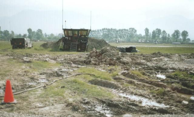 Κινητός Πύργος ελέγχου στο Α/Δ Rinas. Στο βάθος μετά τον διάδρομο τα αεροπορικά μέσα της Task Force Hawk.Απρίλιος  1999