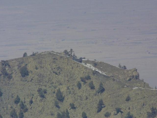 Στη παραπάνω εικόνα βλέπουμε το Ε/Π MH-47E Chinook με κωδικό κλήσης Razor 1 λίγες ώρες μετά την αναγκαστική του στην κορυφή Takur Ghar.