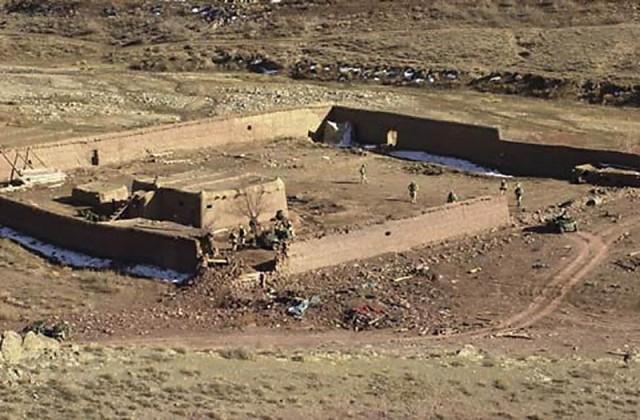Στην φωτογραφία φαίνεται ένα Αφγανικό Οχυρό, στην κοιλάδα Gardez , μέσα στην περιοχή της επιχείρησης Anaconda. Το οχυρό χρησιμοποιήθηκε από τις συμμαχικές δυνάμεις ως κέντρο Διοικήσεως και ελέγχου καθόλη τη διάρκεια της επιχείρησης.