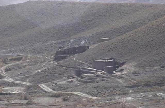Operation Anaconda: Μία οχυρή θέση στην κοιλάδα Shahi-Kot καταστραμμένη από τα ΕΕ/Π AH-64