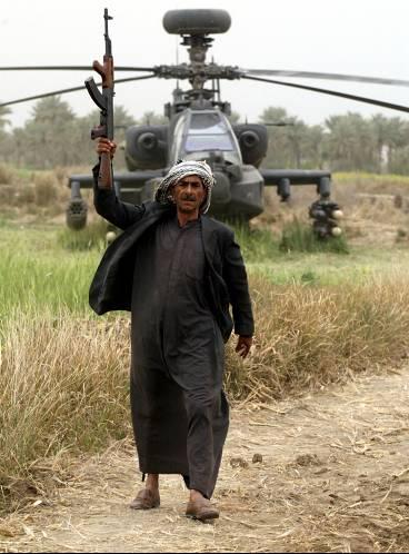 Ιρακινός πανηγυρίζει τη πτώση του Ε/Π