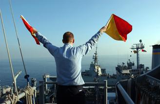 Στη παραπάνω φωτογραφία φαίνεται ένας σηματωρός χρησιμοποιώντας πατερόλια για συνεννόηση με ένα άλλο πλοίο (πηγή:Mate Airman Javier Capella, US Navy.